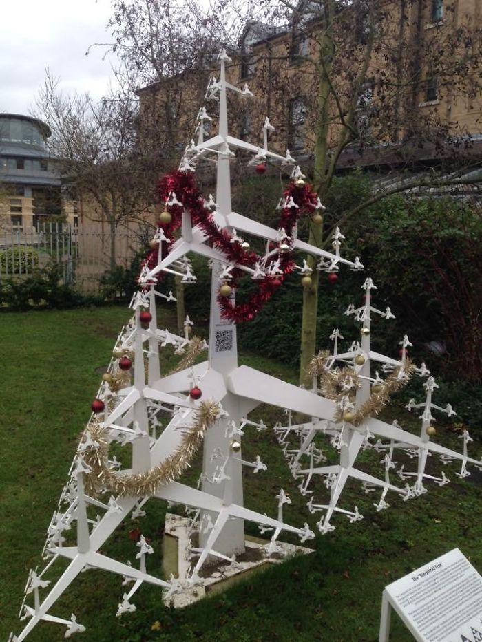 34 vezes funcionários criativos construíram árvores de Natal com temas de trabalho 9