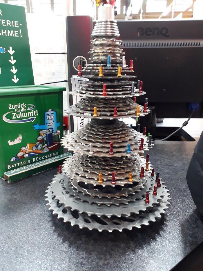 34 vezes funcionários criativos construíram árvores de Natal com temas de trabalho 12