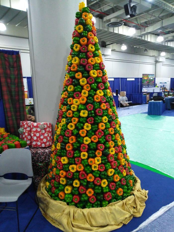 34 vezes funcionários criativos construíram árvores de Natal com temas de trabalho 14