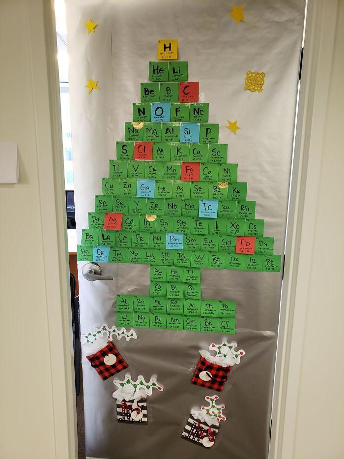 34 vezes funcionários criativos construíram árvores de Natal com temas de trabalho 15