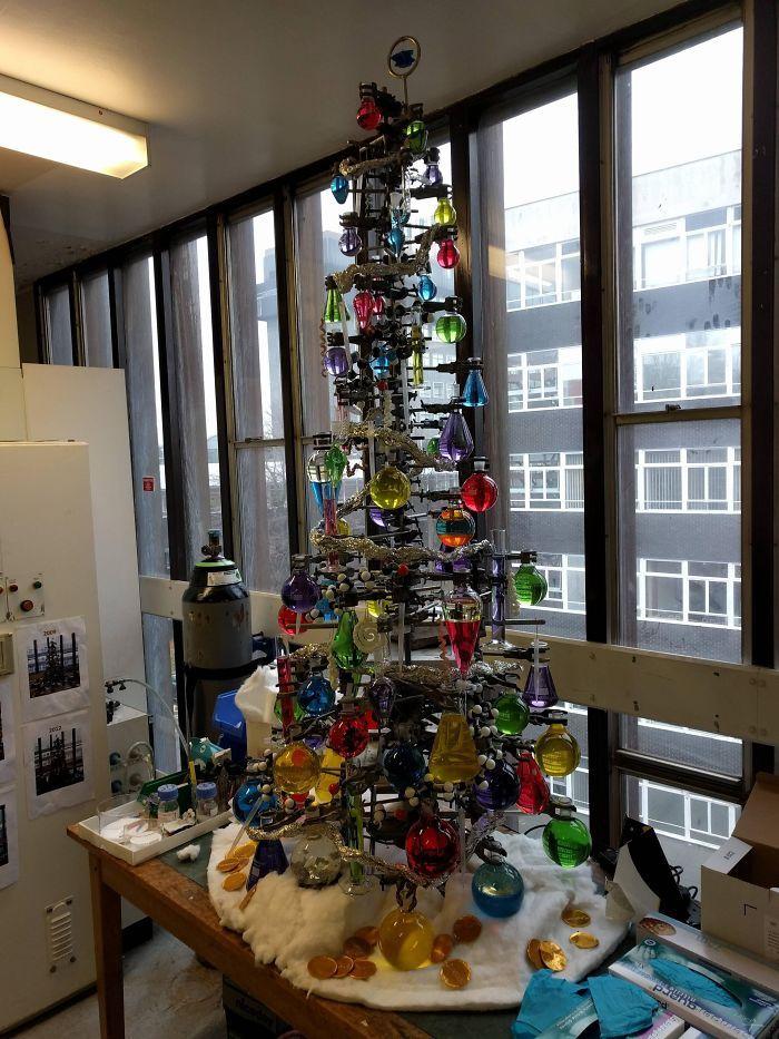 34 vezes funcionários criativos construíram árvores de Natal com temas de trabalho 16