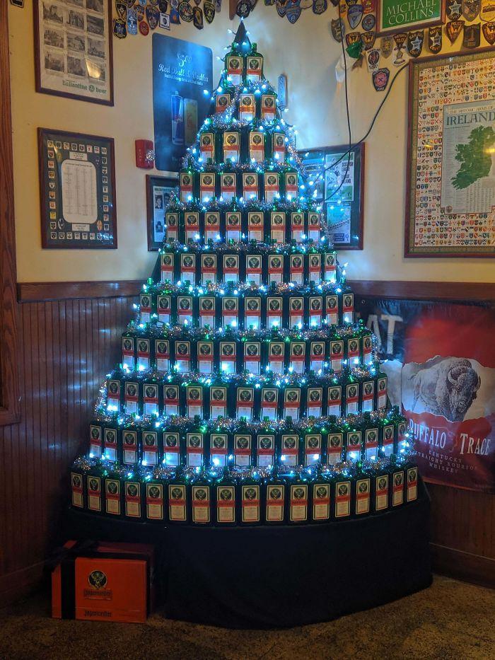 34 vezes funcionários criativos construíram árvores de Natal com temas de trabalho 17