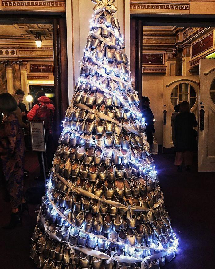 34 vezes funcionários criativos construíram árvores de Natal com temas de trabalho 25