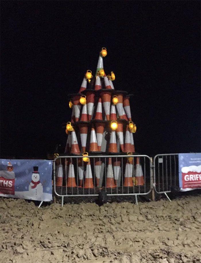 34 vezes funcionários criativos construíram árvores de Natal com temas de trabalho 32