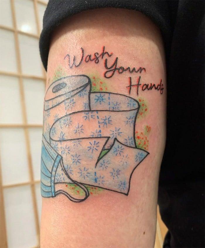 Algumas pessoas estão fazendo tatuagens inspiradas no covid-19 (21 fotos) 17