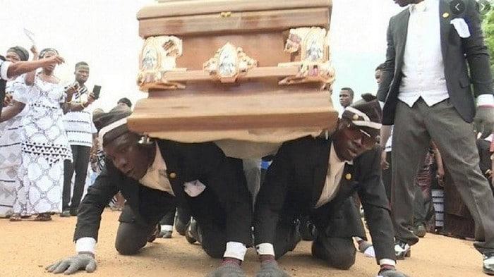 O meme da dança do caixão em funeral