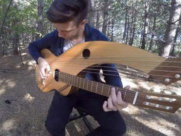 Jovem toca 'The Sound Of Silence' em um violão de 18 cordas 5