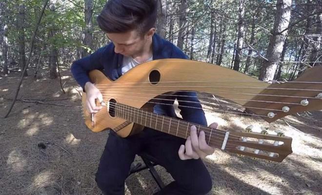 Jovem toca 'The Sound Of Silence' em um violão de 18 cordas 3