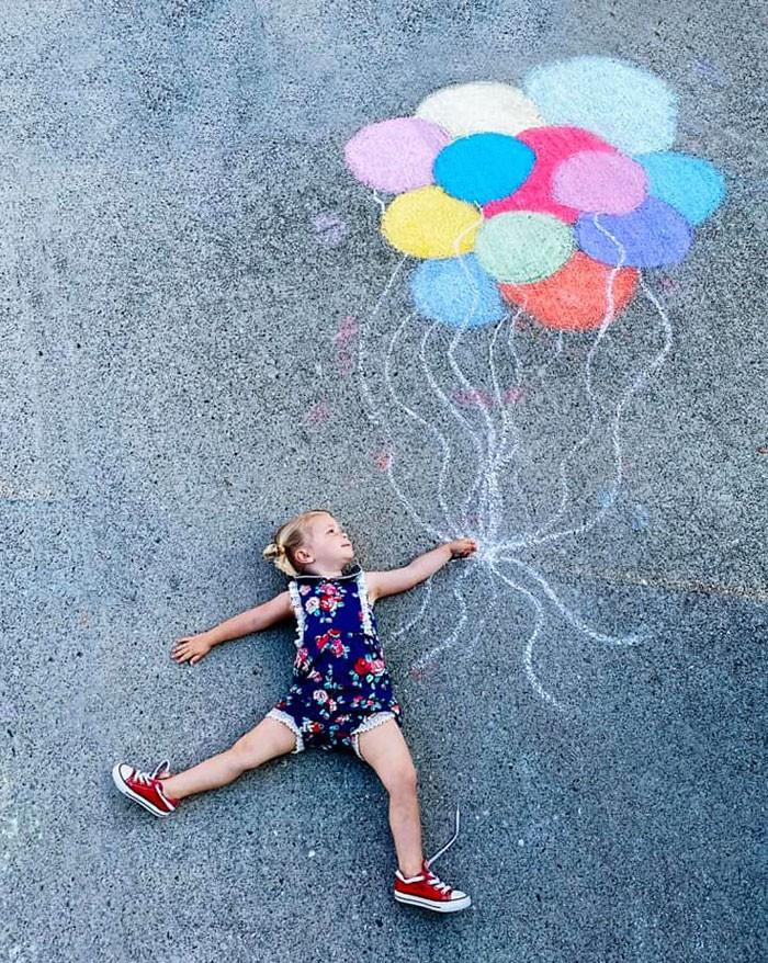 Mãe cria belos desenhos de giz em sua garagem, para criar aventuras durante a quarentena (30 fotos) 2
