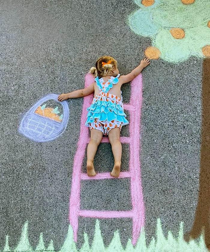 Mãe cria belos desenhos de giz em sua garagem, para criar aventuras durante a quarentena (30 fotos) 3