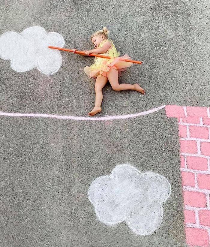 Mãe cria belos desenhos de giz em sua garagem, para criar aventuras durante a quarentena (30 fotos) 17