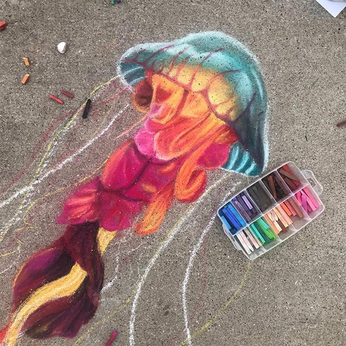 Mãe e filha de 13 anos cria desenhos de giz em 3D impressionantes na calçada do bairro (20 fotos) 4