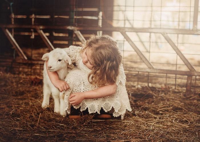 32 momentos mais inocentes da crianças com animais 9