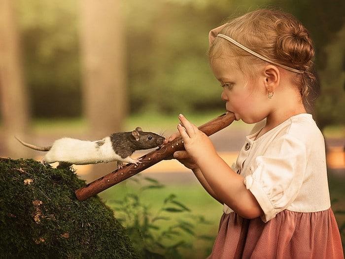 32 momentos mais inocentes da crianças com animais 10