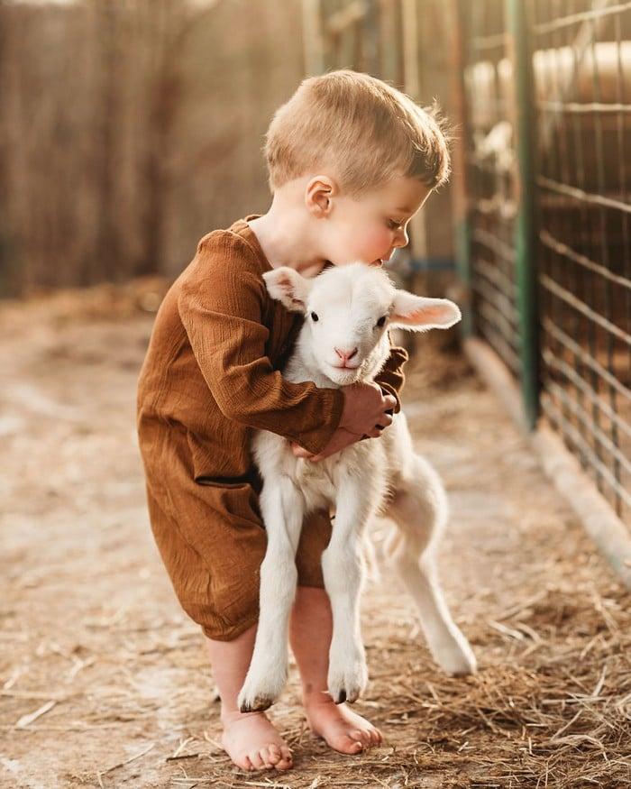 32 momentos mais inocentes da crianças com animais 12