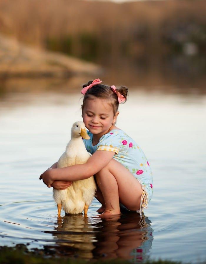32 momentos mais inocentes da crianças com animais 13