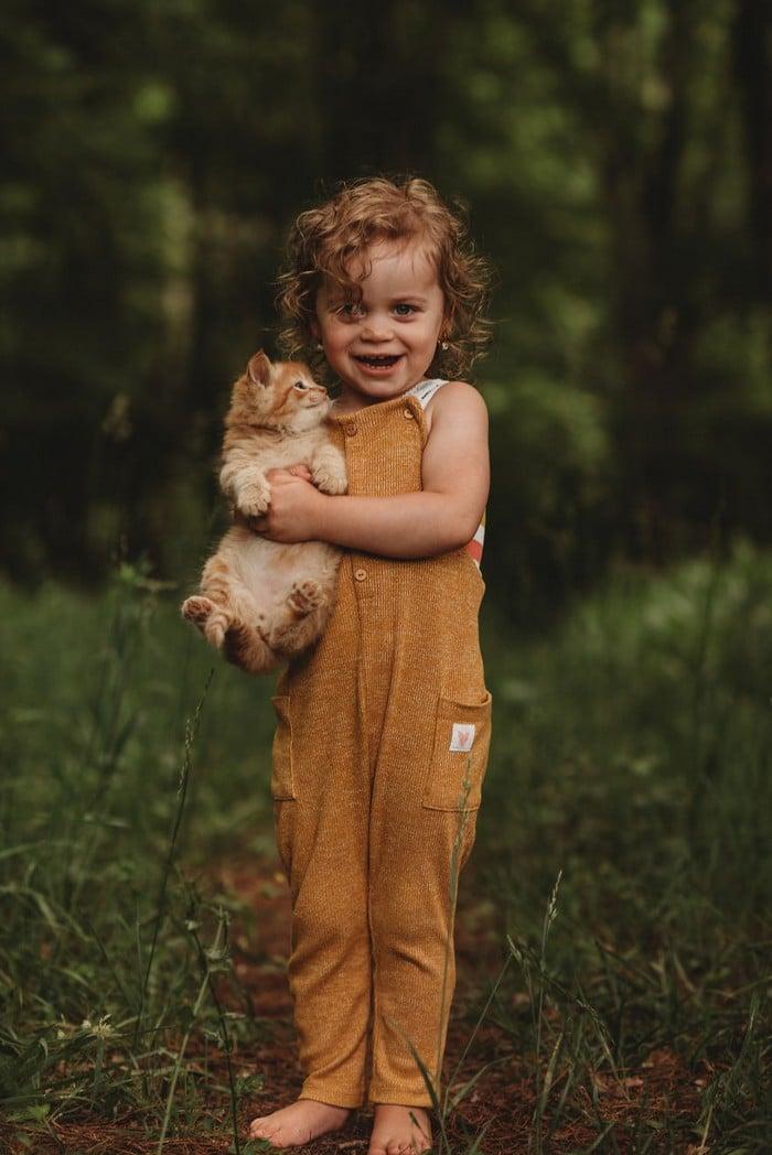 32 momentos mais inocentes da crianças com animais 14