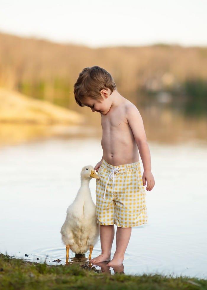 32 momentos mais inocentes da crianças com animais 15