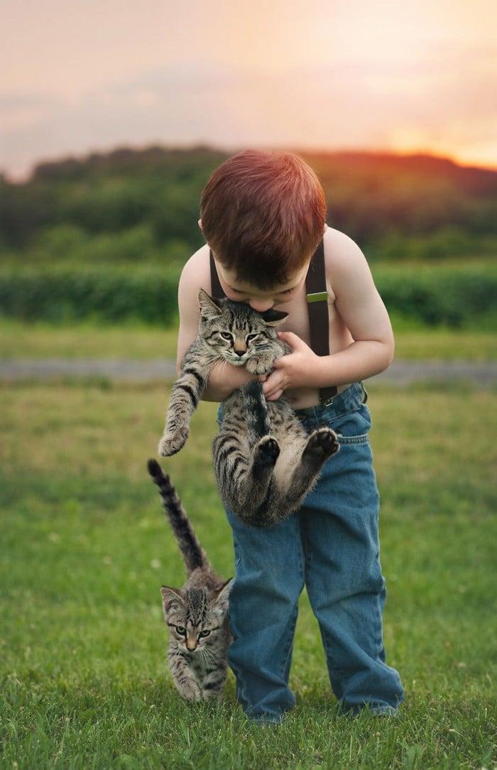 32 momentos mais inocentes da crianças com animais 16