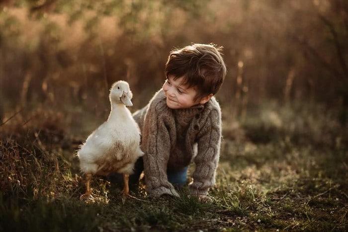 32 momentos mais inocentes da crianças com animais 18