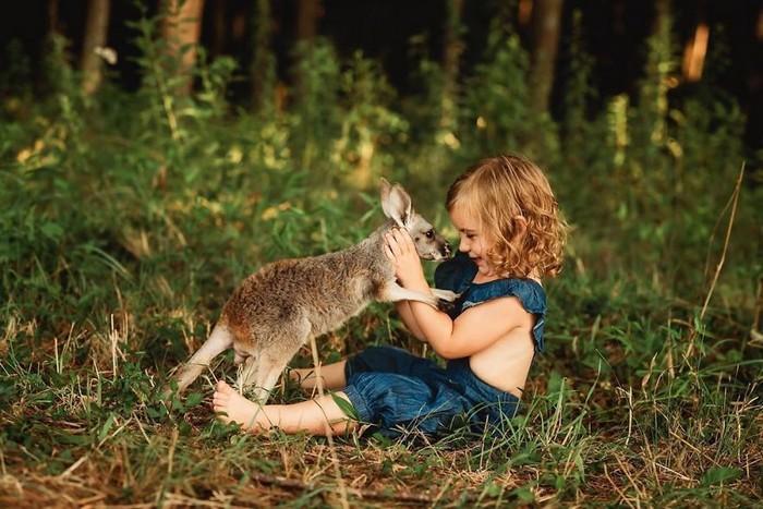32 momentos mais inocentes da crianças com animais 19