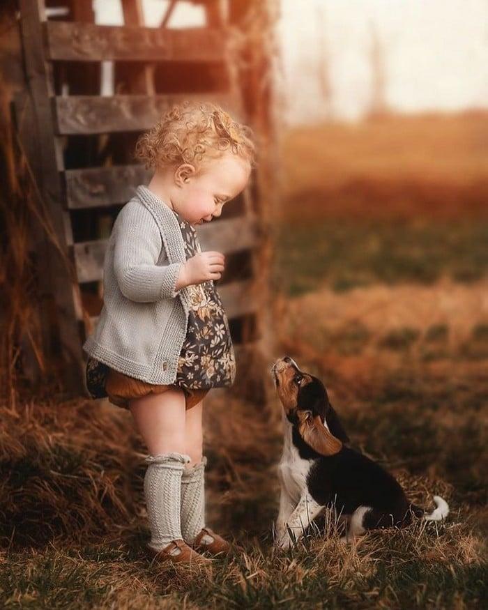 32 momentos mais inocentes da crianças com animais 20