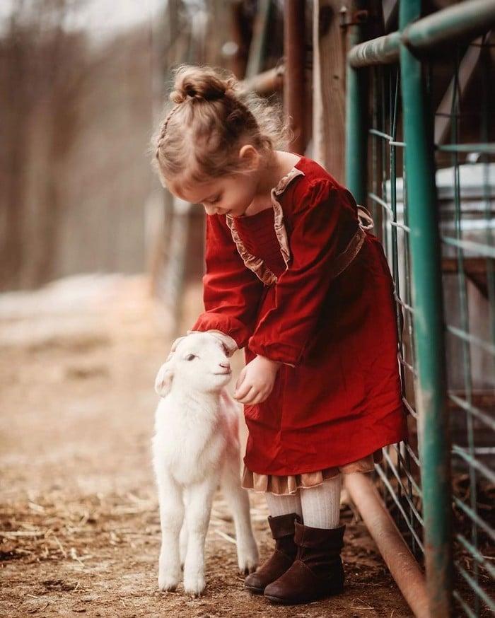 32 momentos mais inocentes da crianças com animais 23