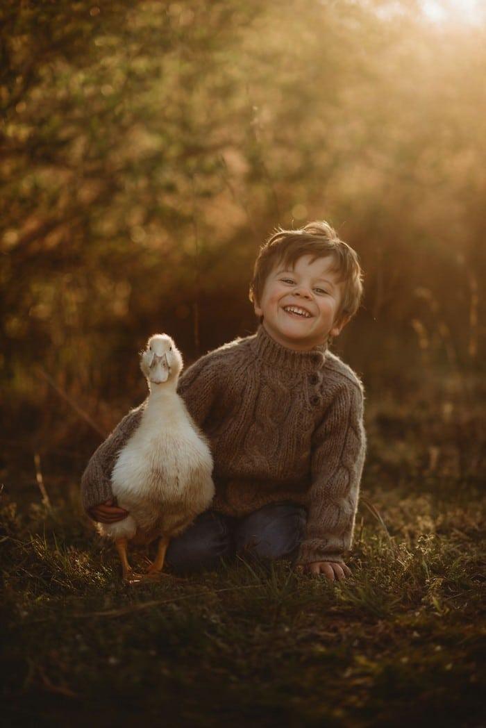 32 momentos mais inocentes da crianças com animais 27