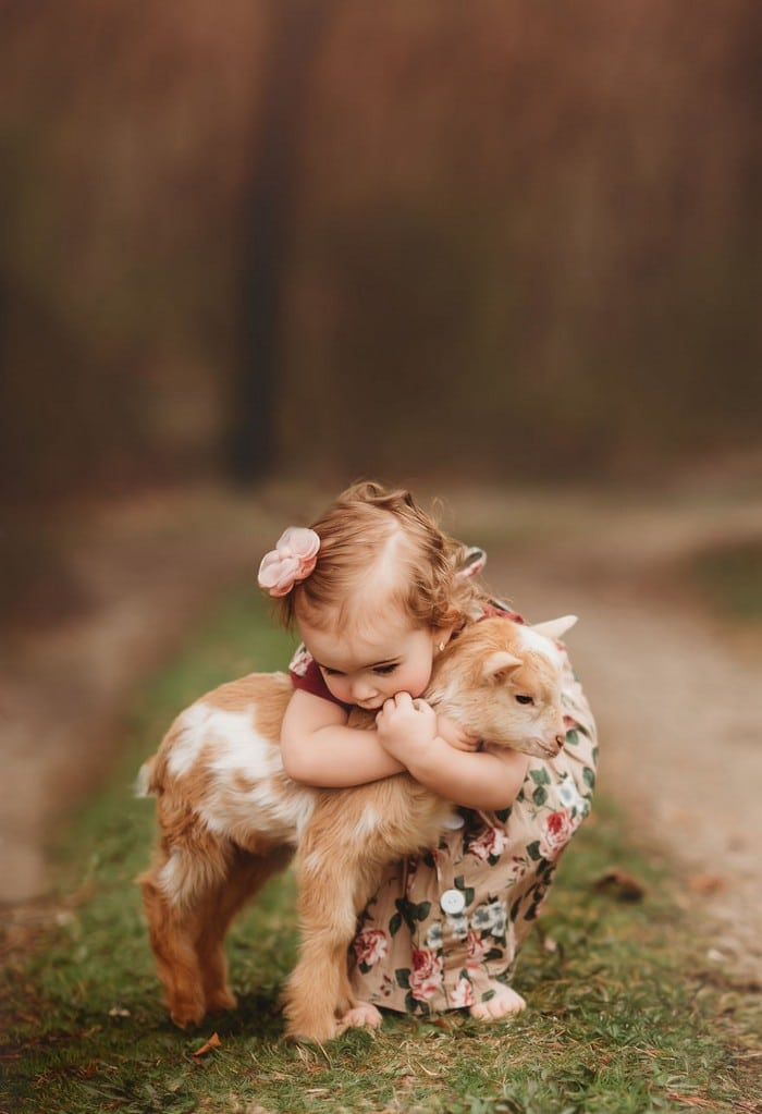 32 momentos mais inocentes da crianças com animais 28