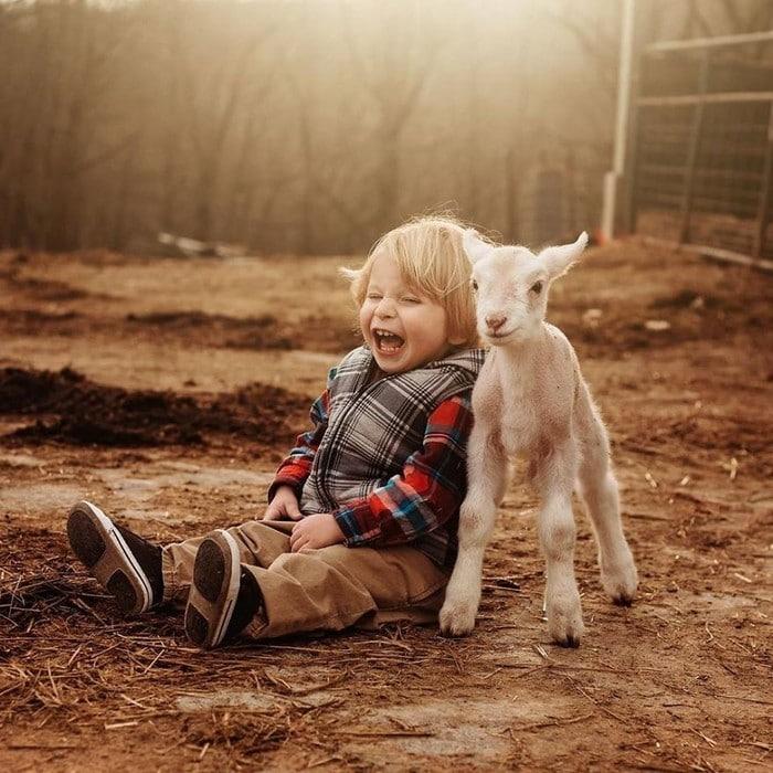 32 momentos mais inocentes da crianças com animais 29