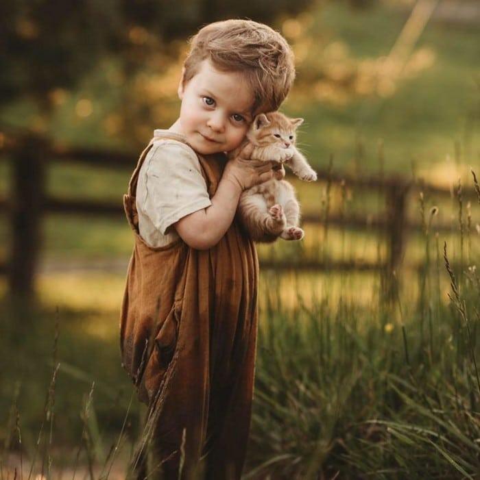 32 momentos mais inocentes da crianças com animais 30