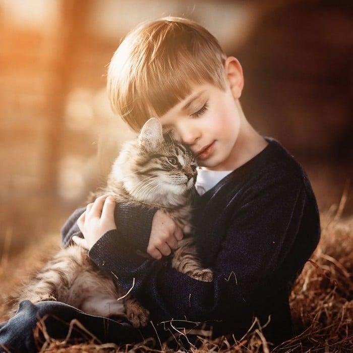 32 momentos mais inocentes da crianças com animais 31