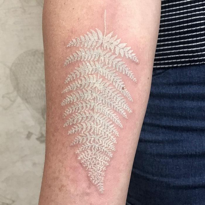 24 tatuagens que provam que o branco é o novo preto 2
