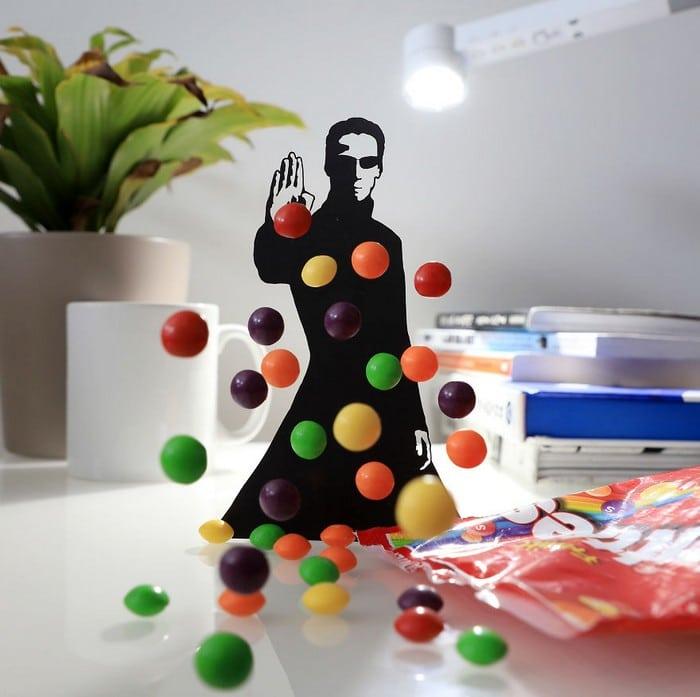 Usando objetos do cotidiano para criar recortes inspirados em filmes em casa (11 fotos) 10