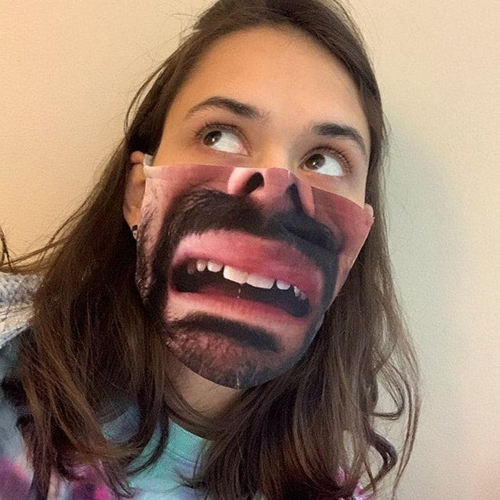 As pessoas estão se protegendo com máscaras engraçadas ultra-realistas (21 fotos) 17