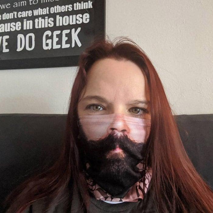 As pessoas estão se protegendo com máscaras engraçadas ultra-realistas (21 fotos) 22