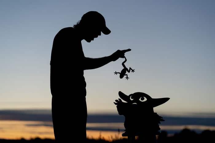 Este artista recorta papelão para criar obras mágicas ao pôr do sol 4