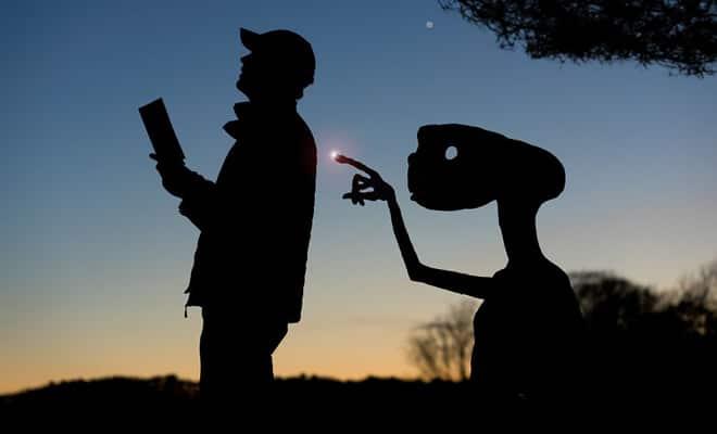Este artista recorta papelão para criar obras mágicas ao pôr do sol 1