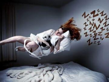 Por que às vezes damos um pulo quando estamos quase dormindo?