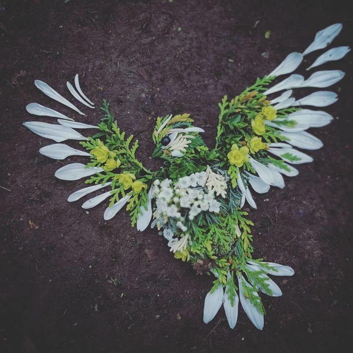Artista usa coisas que encontra nas florestas para criar lindas mandalas de pássaros 8