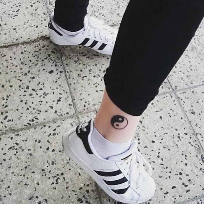 49 tatuagens pequenas para tornozelos que vão te encantar: são discretas e lindas! 42