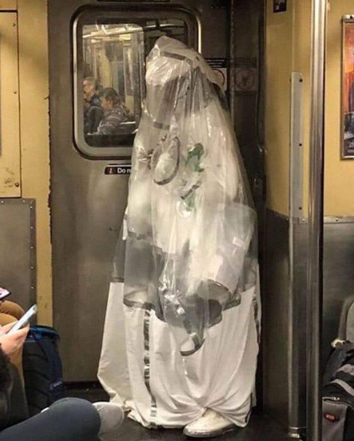 Esta página do Instagram está postando as máscaras do coronavírus mais ridículas vistas no metrô 3