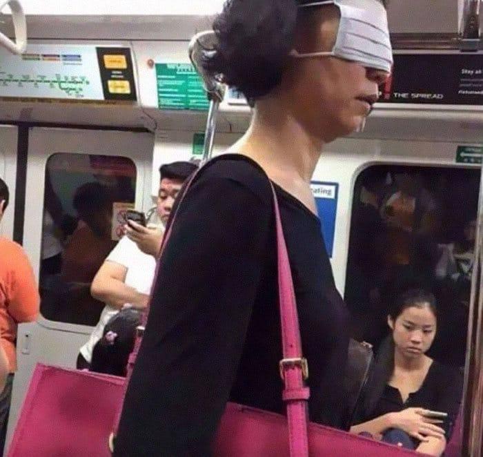 Esta página do Instagram está postando as máscaras do coronavírus mais ridículas vistas no metrô 4