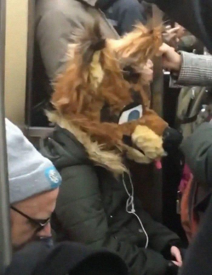 Esta página do Instagram está postando as máscaras do coronavírus mais ridículas vistas no metrô 8