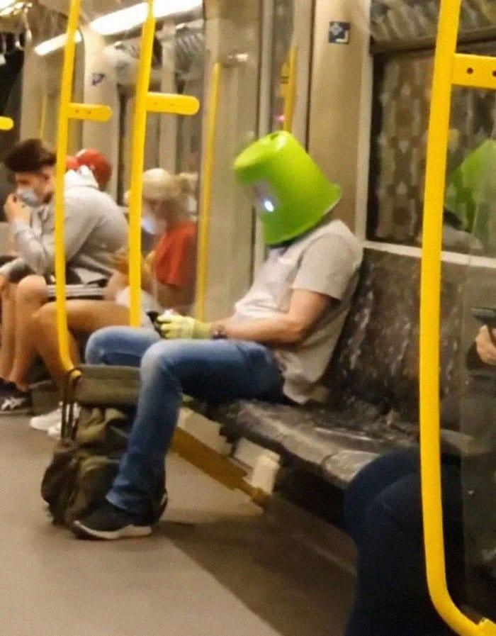 Esta página do Instagram está postando as máscaras do coronavírus mais ridículas vistas no metrô 10