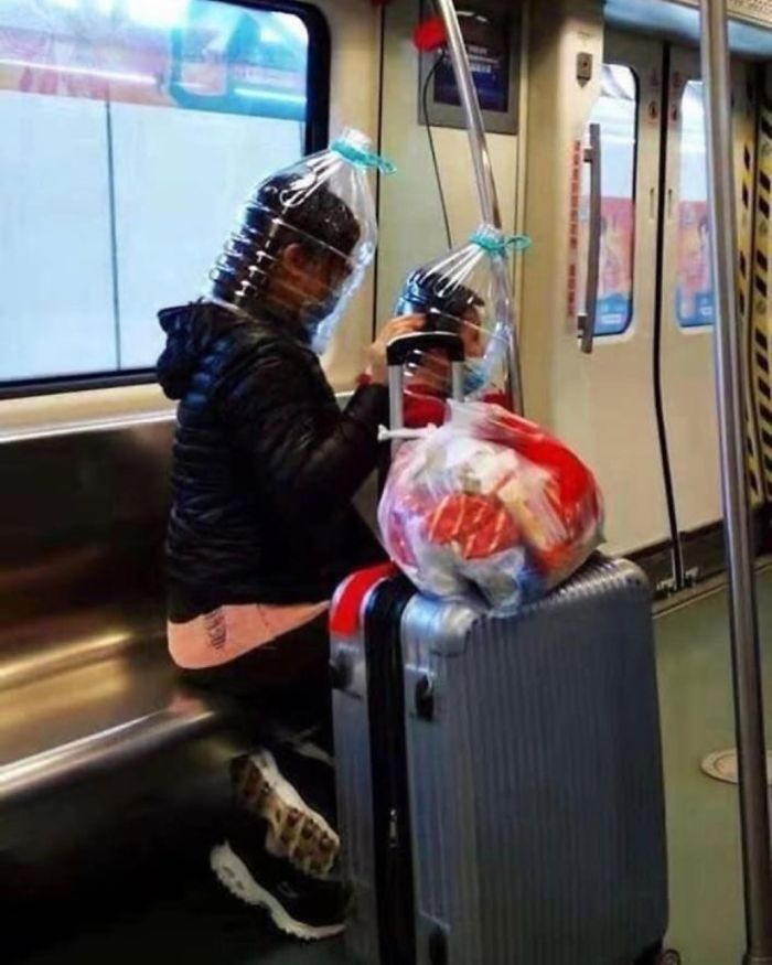Esta página do Instagram está postando as máscaras do coronavírus mais ridículas vistas no metrô 12