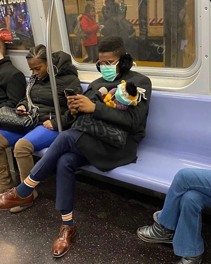 Esta página do Instagram está postando as máscaras do coronavírus mais ridículas vistas no metrô 13