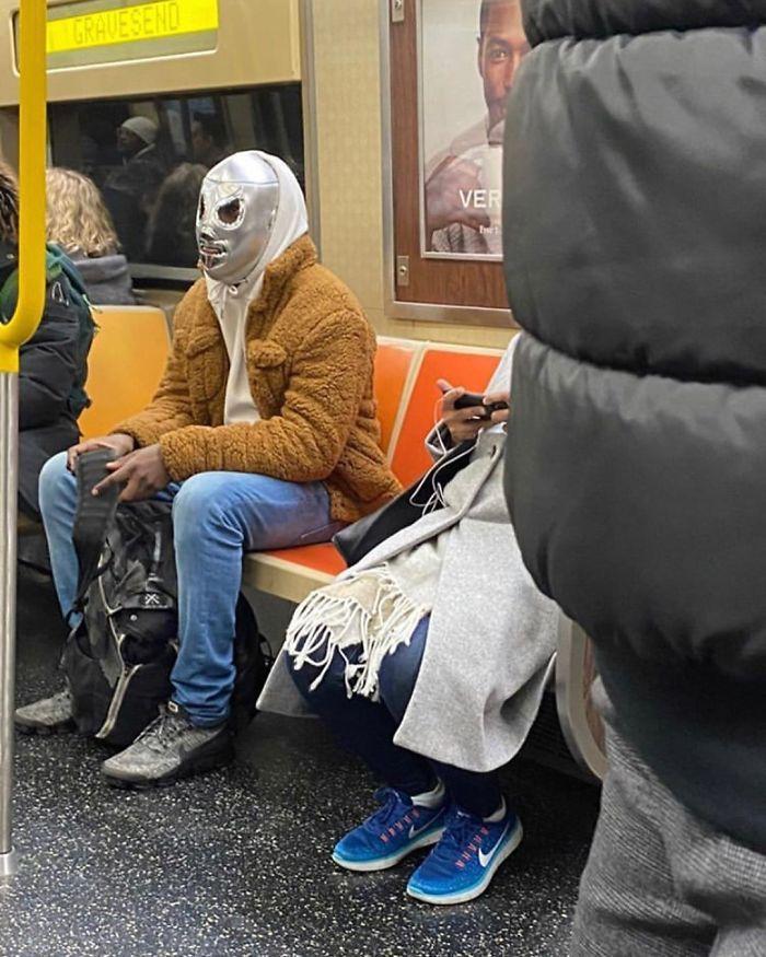 Esta página do Instagram está postando as máscaras do coronavírus mais ridículas vistas no metrô 15