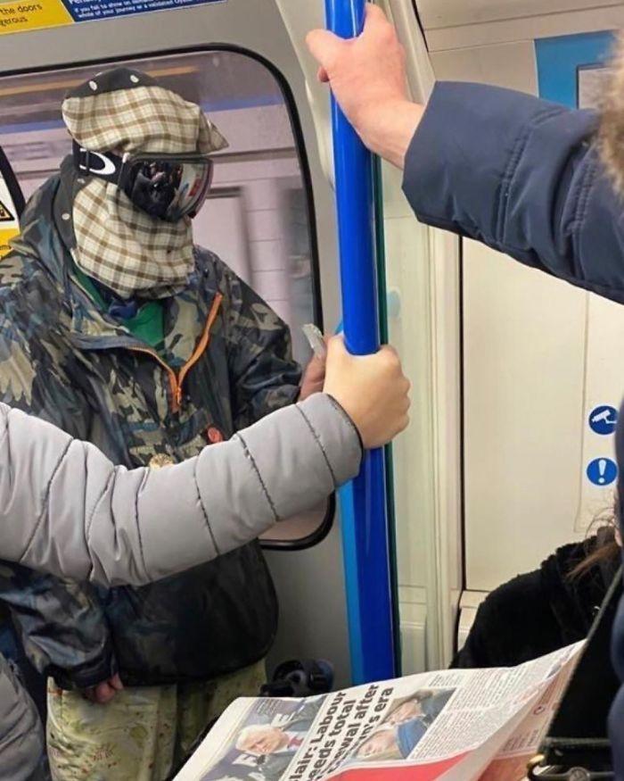 Esta página do Instagram está postando as máscaras do coronavírus mais ridículas vistas no metrô 17