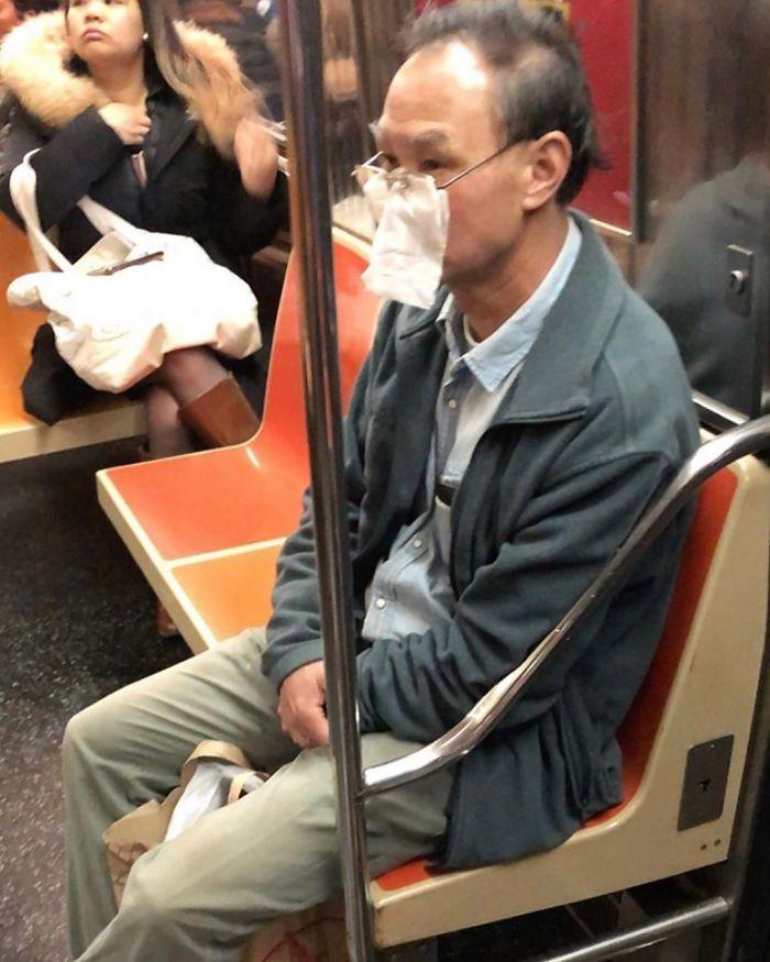 Esta página do Instagram está postando as máscaras do coronavírus mais ridículas vistas no metrô 21